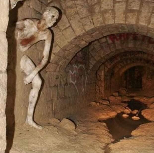 Скульптура в катакомбах Парижа