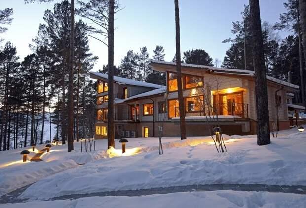 Еще один пример финского деревянного дома. На этот раз с большой площадью застекления.