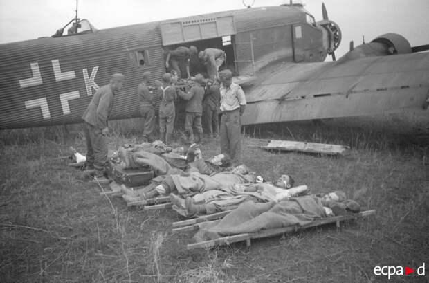 На немецком аэродроме раненых грузят в транспортный самолет Юнкерс Ju-52