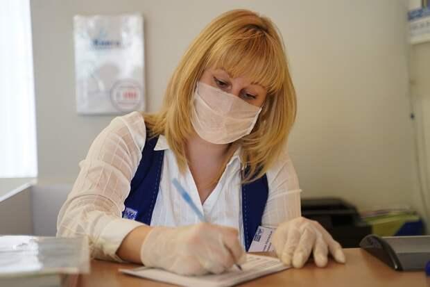 Придется привыкнуть, что маски и перчатки с нами останутся надолго. Фото: Светлана МАКОВЕЕВА