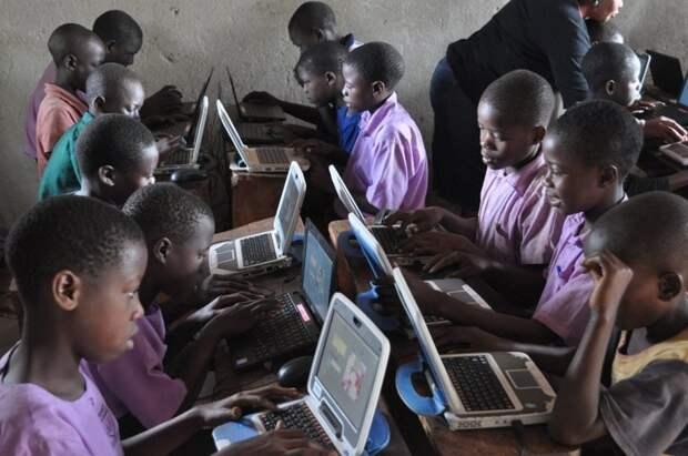 Эта школа может стоять посреди пустыни в 40 км от ближайшей деревни, но там запросто могут быть компьютеры и интернет прикол, школа, юмор