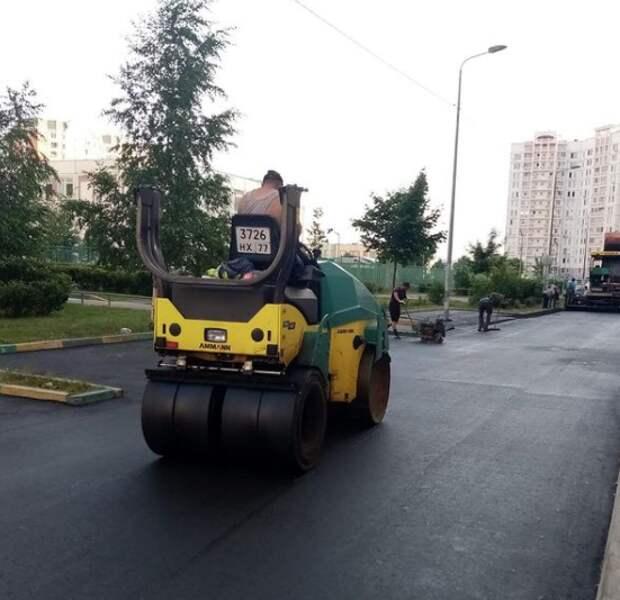 Во дворах на Дмитровском и Челобитьевском до конца августа заменят асфальт