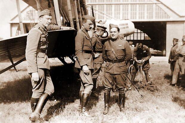 Фьорелло Ла Гуардиа (в центре, со стеком в руках) с американскими лётчиками на заводском аэродроме - Янки при дворе короля Виктора Эммануила | Warspot.ru