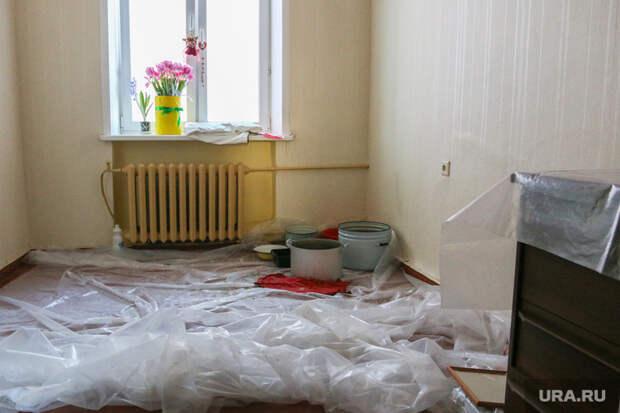 Проблемы в жилом доме в городе Курган  после капитального ремонта. Курган., комната после протечки, цветы на окне