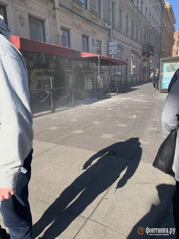 Петербурженка рассказала о «камнепаде» на Невском. Кусок штукатурки внезапно потерял памятник