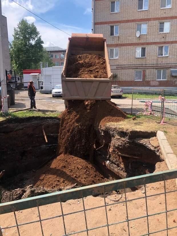 Провал во дворе дома на улице Гагарина в Ижевске оказался заброшенной выгребной ямой