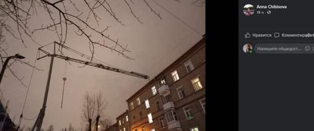 На улице Адмирала Макарова неуправляемый кран угрожает антенне на крыше жилого дома