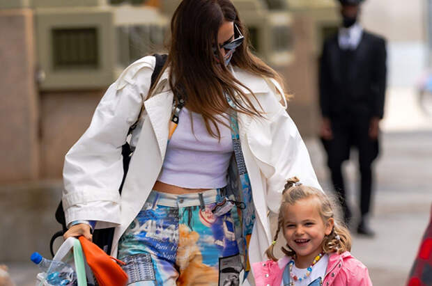 Ирина Шейк в кроп-топе и ярких брюках на прогулке с дочерью Леей в Нью-Йорке