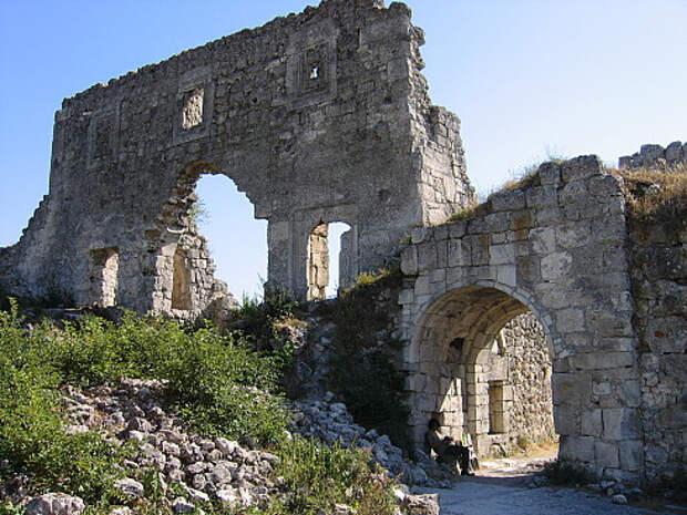 Массовое захоронение женщин с детьми найдено на раскопках средневекового княжества в Крыму