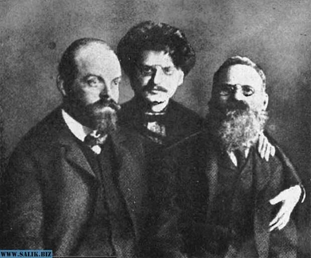 Вожди Петербургского совета рабочих депутатов Александр Парвус, Лев Троцкий и Лев Дейч в тюрьме после ареста (1906).