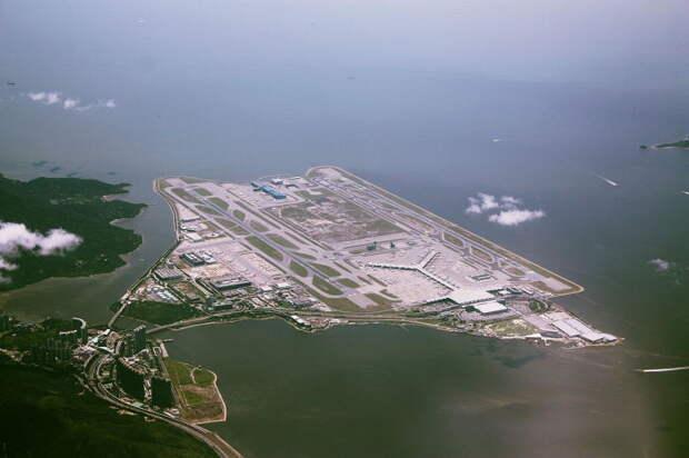 Chek Lap Kok International Airport - аэропорт с одним из крупнейших терминалов в мире.
