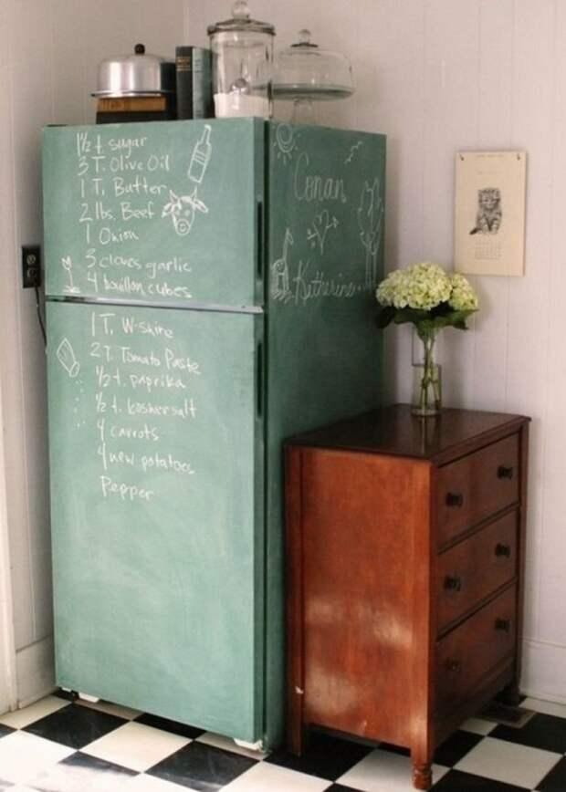 В таком холодильнике можно не только хранить продукты и еду, но и оставлять записи для домочадцев или написать нужный рецепт при его готовке.