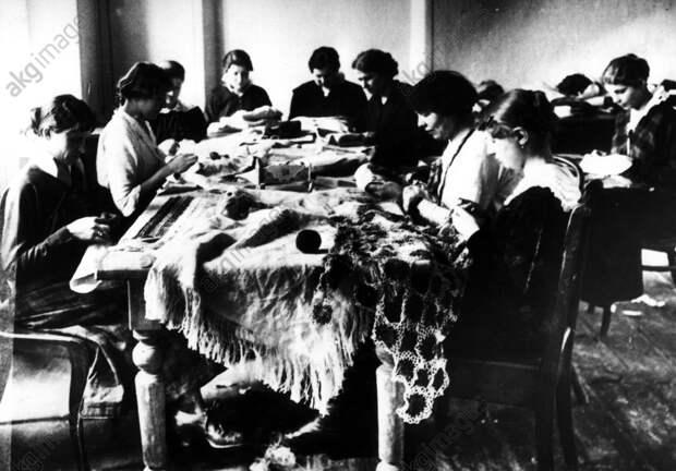 Jьdische Stickstube Polen / 1915 - Jewish embroidery workshop / 1915 -