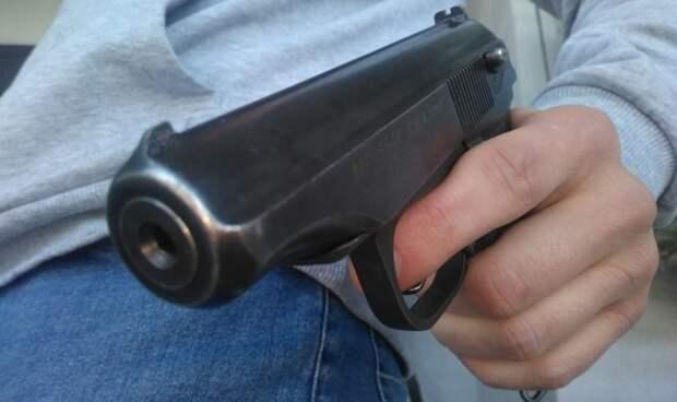 Пенсионер с пистолетом угрожал в магазине жительнице Петербурга