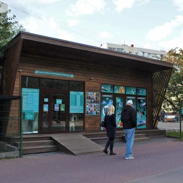 В сквере по Олонецкому проезду завершился сезон проката летнего спортинвентаря