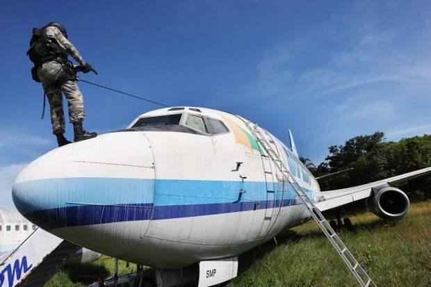 Учения сотрудников антитеррористического спецподразделения бразильской полиции по освобождению заложников захваченного самолёта на аэродроме