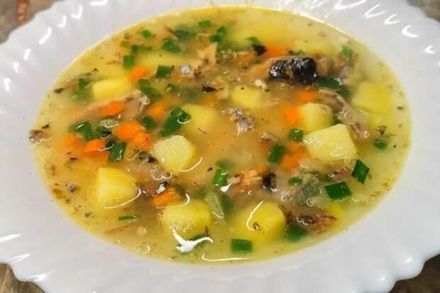 Фото к рецепту: Суп с сайрой на скорую руку