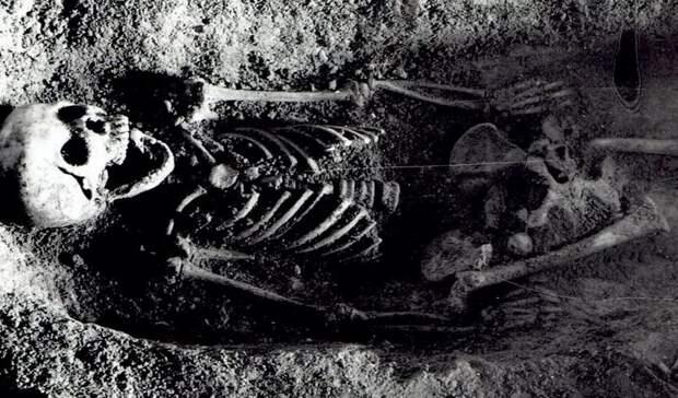Археологи пытаются разгадать тайну девочки, похороненной с зябликом во рту