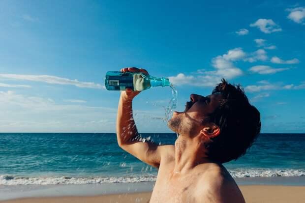 Врач рассказал о вреде воды в бутылках