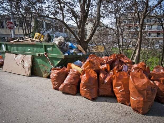 Крупный мусор следует вывозить самостоятельно, а не выносить в мусорные баки / Фото: gruzko.ru