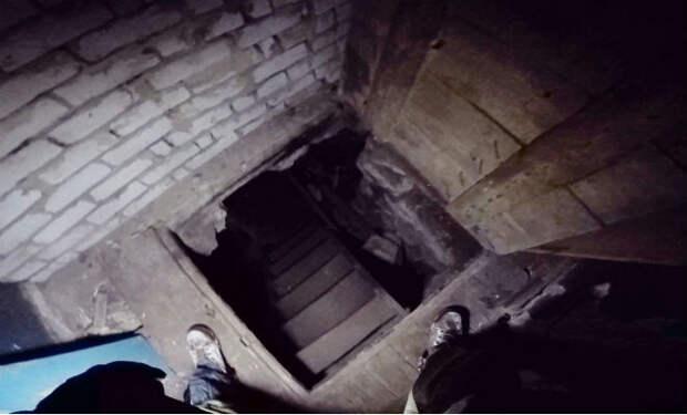 Черный копатель зашел в старинный московский подвал: достал из кладки царские монеты