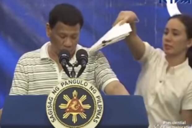 Гигантский таракан атаковал президента Филиппин