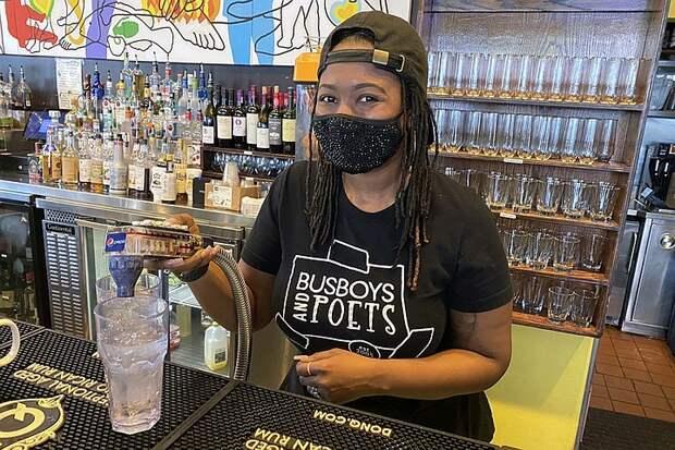 Рестораторы в США столкнулись с нехваткой рабочей силы: американцы не спешат выходить на смены