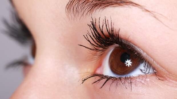 Женщина случайно склеила себе глаз и едва не потеряла зрение
