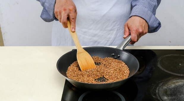 Влажную крупу нужно прокалить на сковороде.