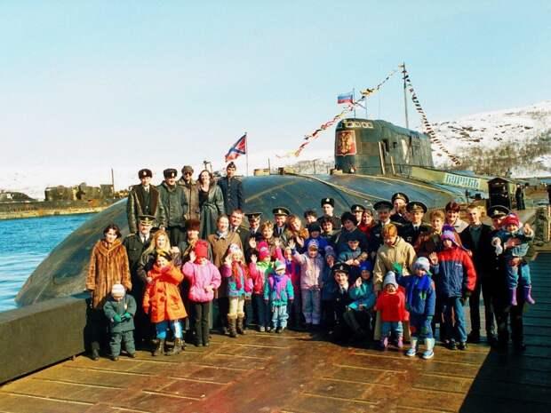 Моряки АПЛ К-141 «Курск» с семьями. Видяево. Мурманская область. РФ. 1990-е годы.