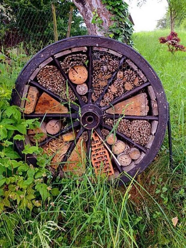 Очень полезное украшение: соорудите на участке домик для насекомых