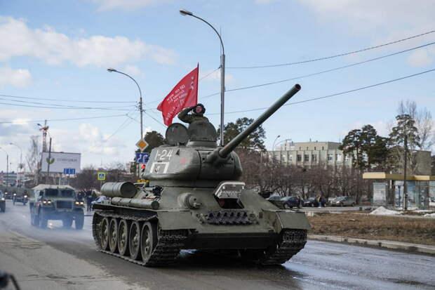 Военнослужащие ЦВО подготовили танк Т-34 к параду Победы в Новосибирске