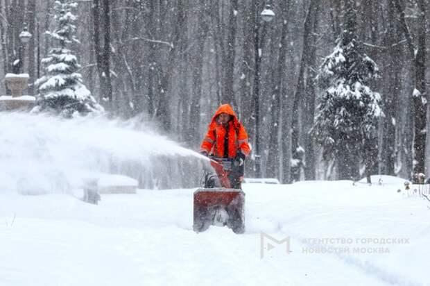 Весь штат сотрудников «Жилищника» участвует в уборке снега в Южном Тушине — управа