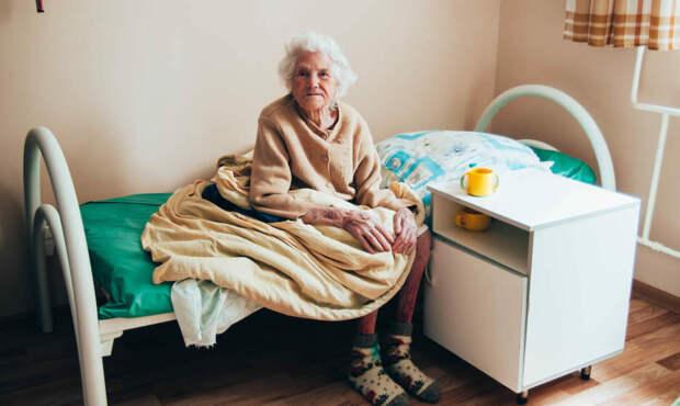 Наши эмигранты увозят стариков в США только для того, чтобы здесь продать их квартиры. А там - дом престарелых с клопами