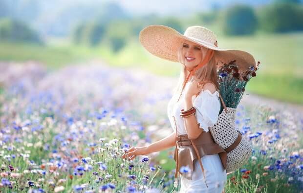 Обои поле, лето, девушка, цветы, улыбка, настроение, букет, шляпа ...