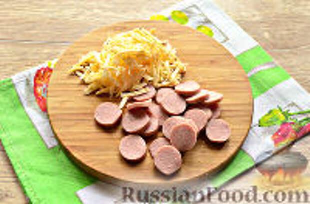 Фото приготовления рецепта: Бризоль с сосиской и сыром - шаг №2