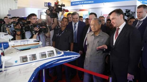 Президент ОАО «Объединенная авиастроительная корпорация» (ОАК) Юрий Слюсарь и премьер-министр Малайзии Махатхир Мохамад