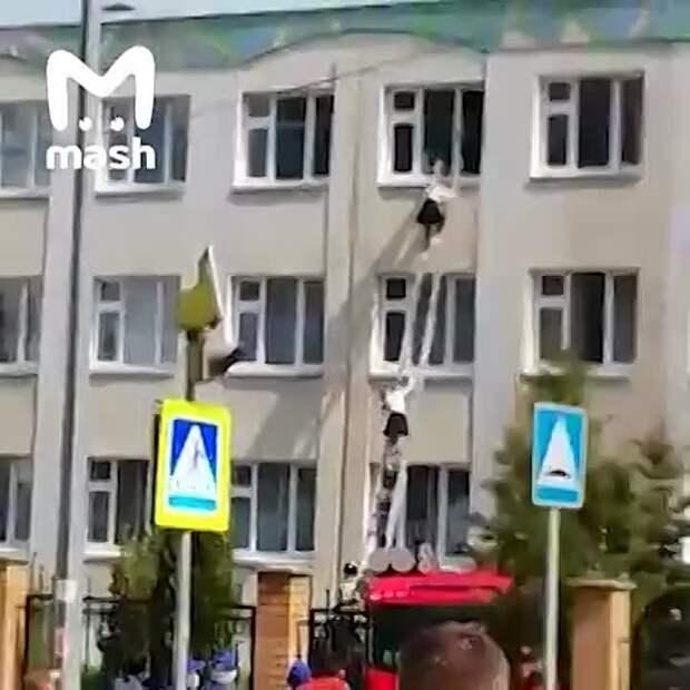 Начался штурм казанской школы. Детей эвакуируют с верхних этажей здания.