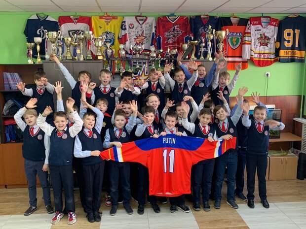 Хоккейный свитер Владимира Путина появился в коллекции школьного музея в Ижевске