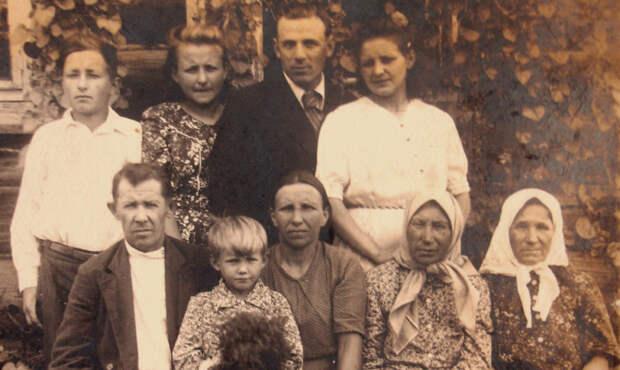 «Бабушка что-то рассказывала, но уже я ничего не помню». Как собрать родословную семьи своими руками И почему мало знать, что «дед был на фронте»