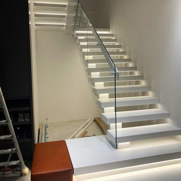 Лестницы на косоуре и перила со стеклом