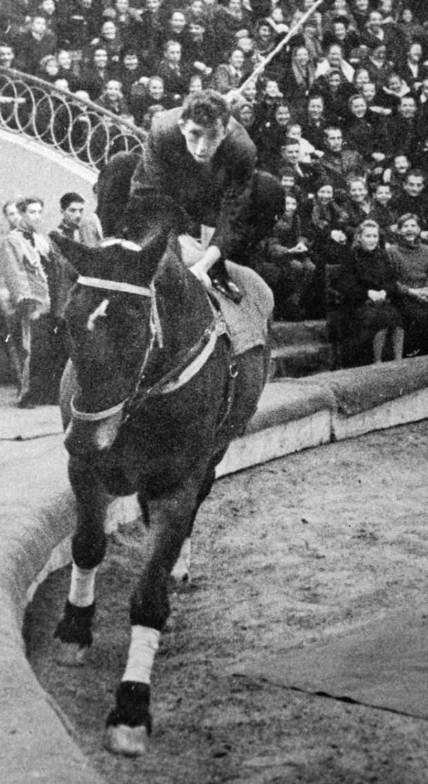 Юрий Никулин на одном из своих первых выступлений в цирке, в 1947 г. Молодой клоун изображает «человека из публики», который впервые сел на лошадь. 1947 год.