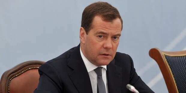 """""""Берут там всякую разную муть, чушь всякую собирают"""". Медведев ответил на обвинения в коррупции"""