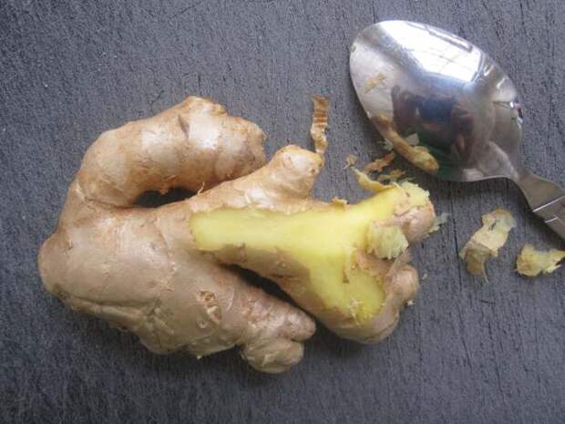 Как вам такой способ очистки имбирного корня? \ Фото: popsugar.com.