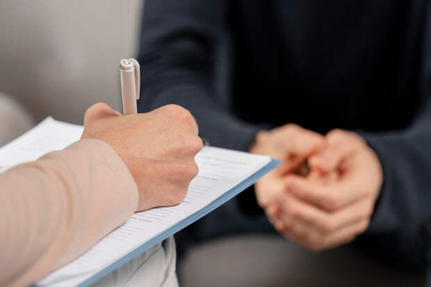 mid-shot-woman-therapist-taking-notes-clipboard-1024x683 В каких случаях нужно обращаться к психологу