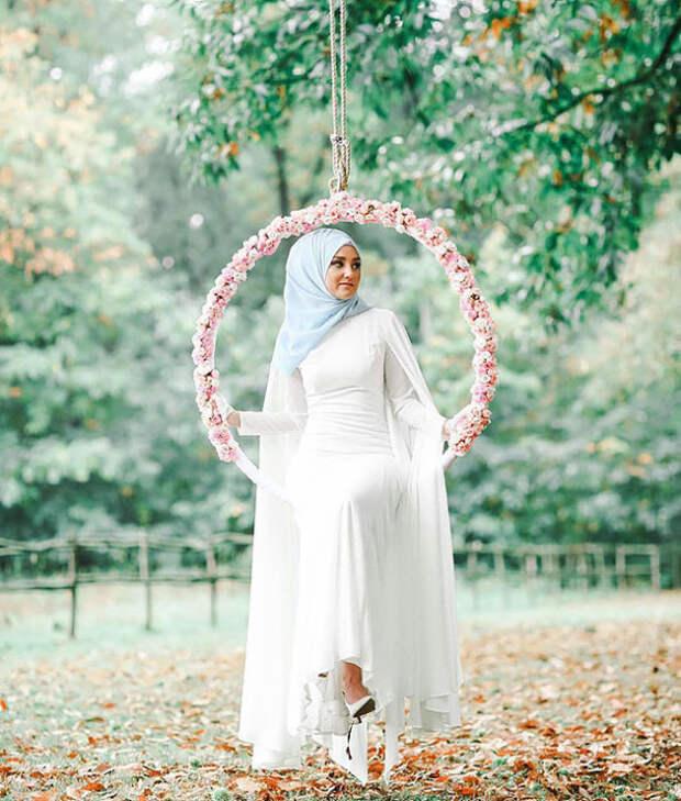 Девушка в белом одеянии.