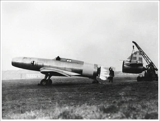 Caproni Campini N.1 – детище итальянской авиастроительной компании Caproni, один из первых представителей реактивной авиации в мире. Пока немецкие и британские инженеры экспериментировали с турбореактивными двигателями, итальянцы пошли своим путём, создав самолёт на мотокомпрессорном реактивном двигателе. Прототип был крайне неуклюжим, но благодаря оригинальной конструкции смог попасть в историю.