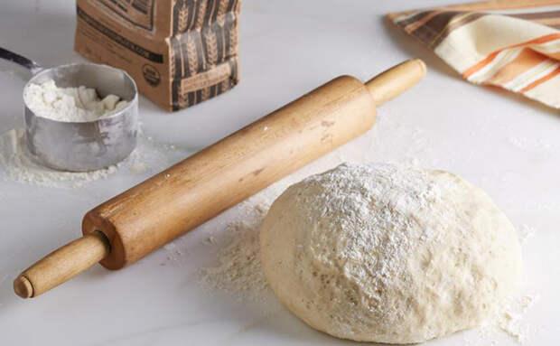 Пышный хлеб на чашке воды: пористый внутри и с хрустящей корочкой
