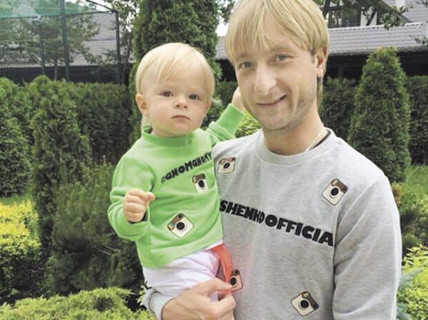 Евгений  Плющенко опубликовал  в социальной сети свою  детскую  фотографию