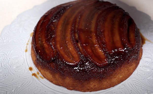 Знаменитый банановый пирог с 1 яйцом: повторяем в два шага на сковороде и в духовке